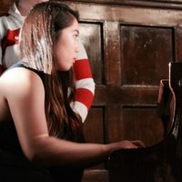 ABRSM Diploma Distinction pianist with years of concert performance and teaching experience at home!